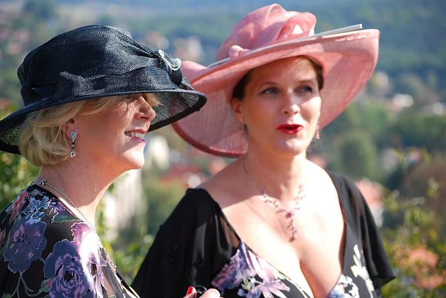 ... ADEO 2000 eküvői ruhaszalonból. kalapok 3997f361fa