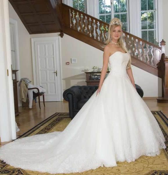 ADEO 2000 menyasszonyi és esküvői ruhaszalon 32baa19ecb